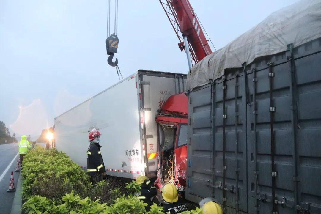 高速两货车相撞司机被困,清远消防破拆车头成功救援