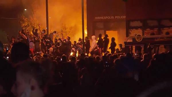 美国非裔男子死亡引发骚乱持续,抗议者占领明尼阿波利斯警局