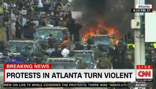 抗议者涌向CNN亚特兰大总部,烧警车、国旗