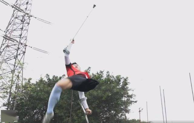 致敬!失去左腿的他没放弃足球梦想,仍能完成