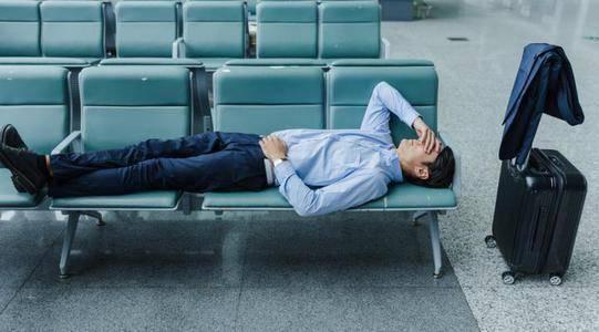 睡着觉你会一脚踩空,突然被惊醒吗?不是缺钙,还可能有3个原因