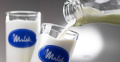 脱脂奶比全脂奶更健康?营养师辟谣:年轻人,不用过于追捧