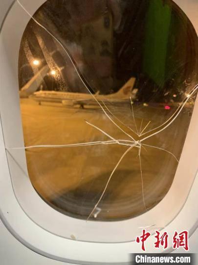 失恋女子醉酒 飞机上砸破舷窗被刑