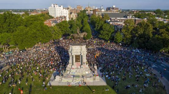 抗议者围堵李将军雕像险遭警车冲撞 美弗州一警