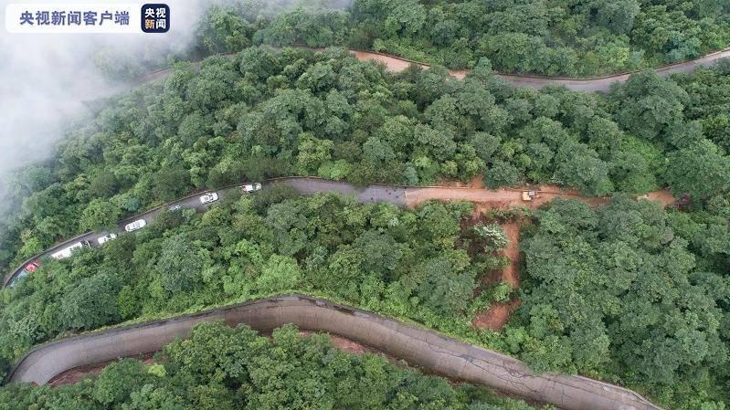 湖南张家界山体滑坡致44名游客被困,公路部门紧急抢险救援