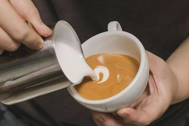 咖啡拉花的时机和原理 | 杯口宽窄、注入高低角度都有影响! 防坑必看 第4张