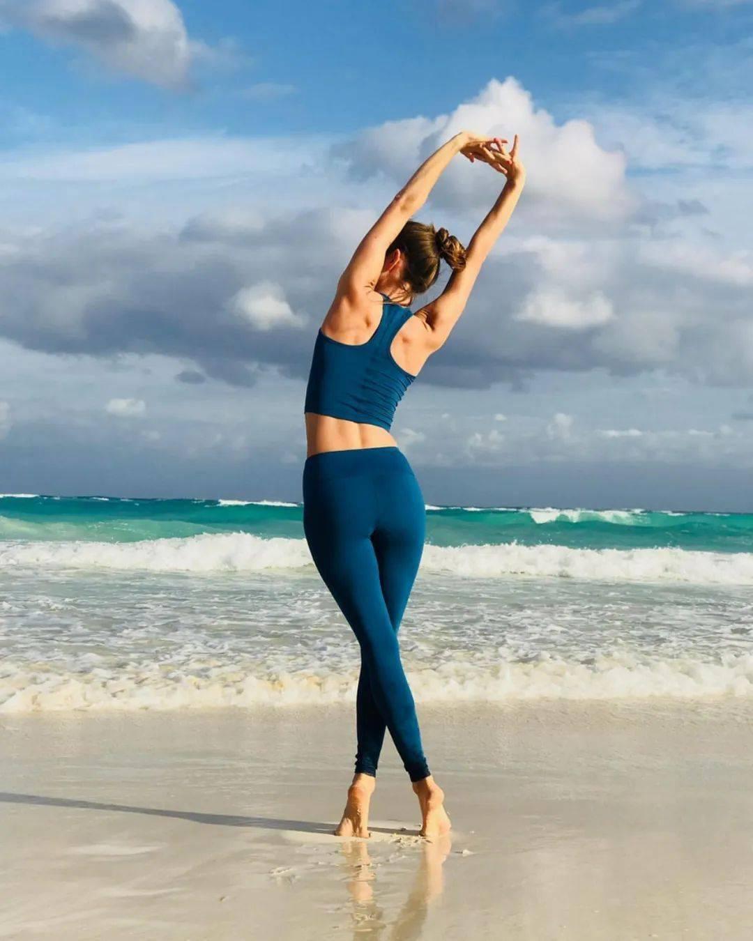 缓解腰背疼痛,初学者先做这10个简单的瑜伽动作就够了!_手臂 高级健身 第2张