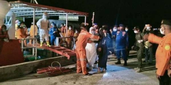 印尼一艘渔船翻沉,中国货船救起7人