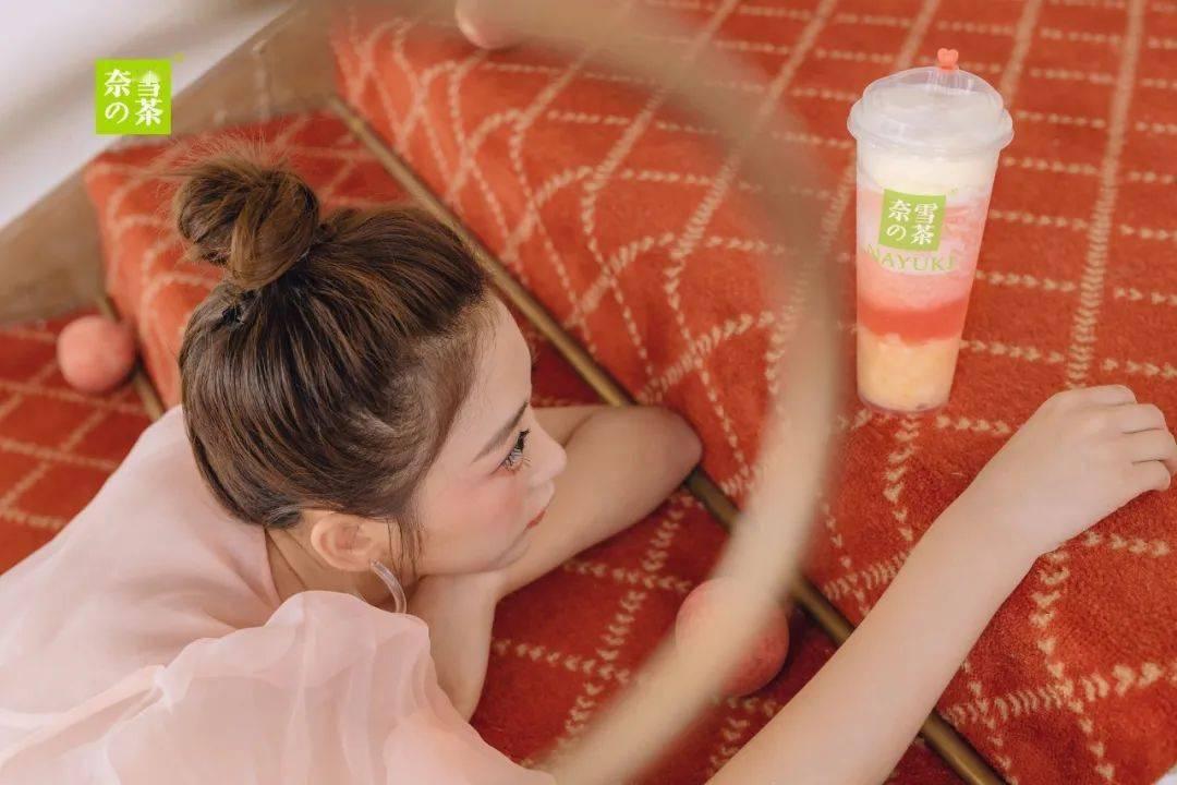 奈雪「少女茶」回归!范丞丞带着上杂志了!