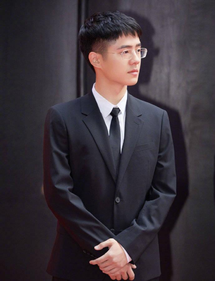 动量公式刘昊然身着黑色西装 少年感十足