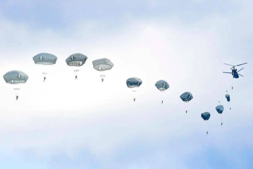 6名美国伞兵空降时飘离原定路线结果挂树上受伤