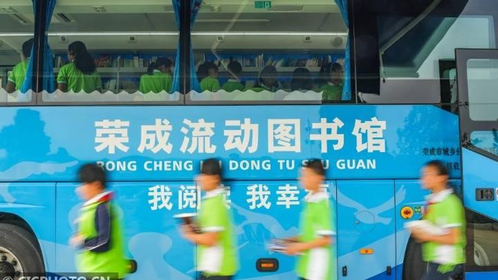 山东荣成:移动图书车开进校园
