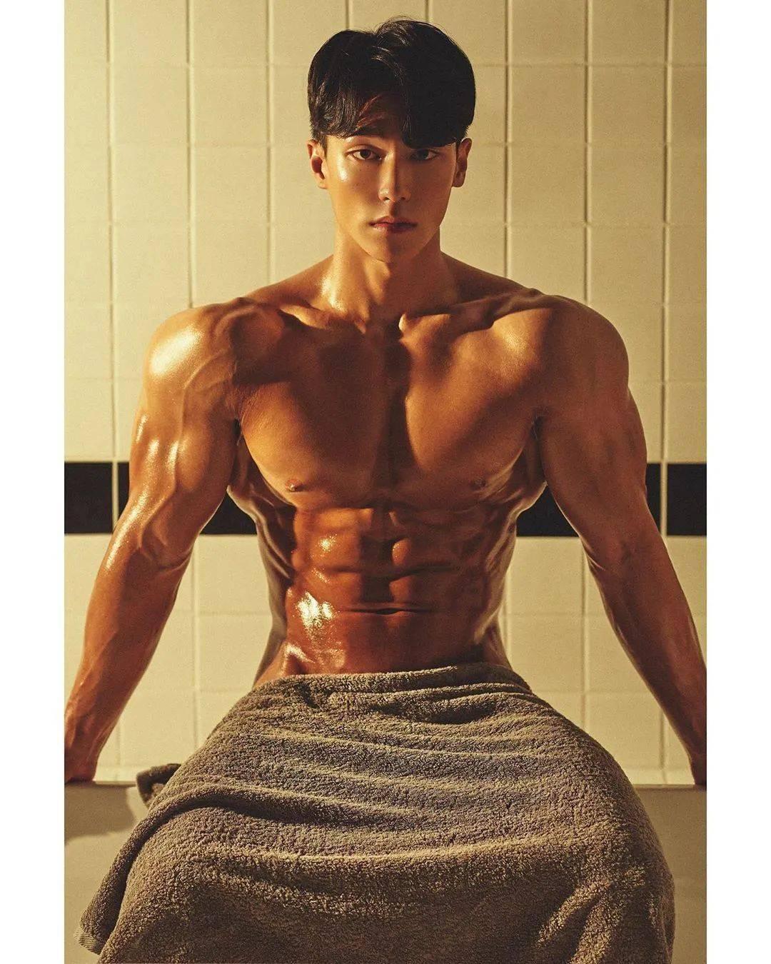 猛男徒手教你在家练胸的动作,助你打造厚实大胸肌!