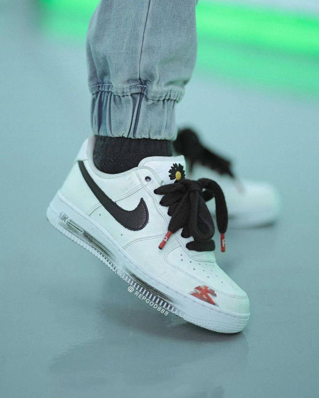 天猫发售吗?权志龙 x 耐克AF1白色刮刮卡反系鞋带上脚!-欧洲杯竞猜软件(图1)