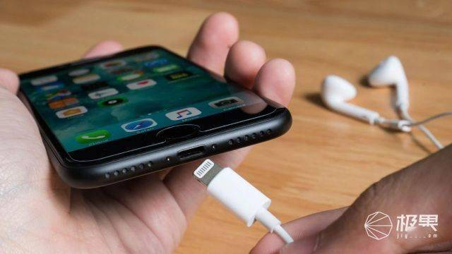 """降价?iPhone12砍掉充电头,但这个""""小设计""""又要让你钱包大放血… 消费与科技 第1张"""