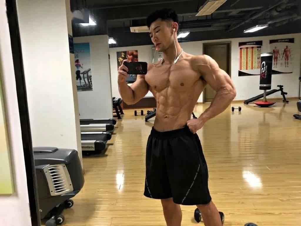 正太脸金刚身!杭州小哥因胸毛走红,这个肌肉什么水平?插图(2)