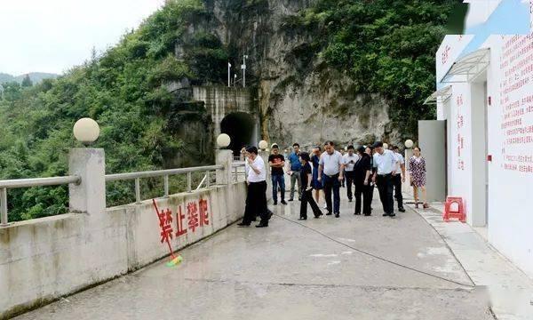 郑敏带领一个小组到石阡县研究和报道水