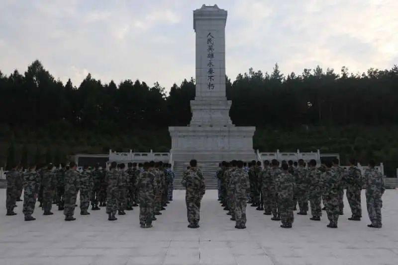 东辽县人武部为预定新兵举办国防教育讲座。