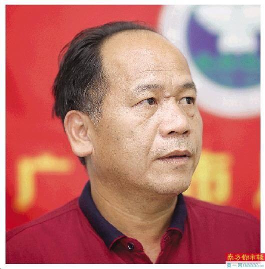 上世纪80年月高中结业的杨伟根原是一名语文老师