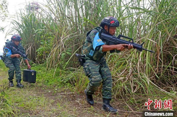 三峡武警举行山林地反恐极限训练
