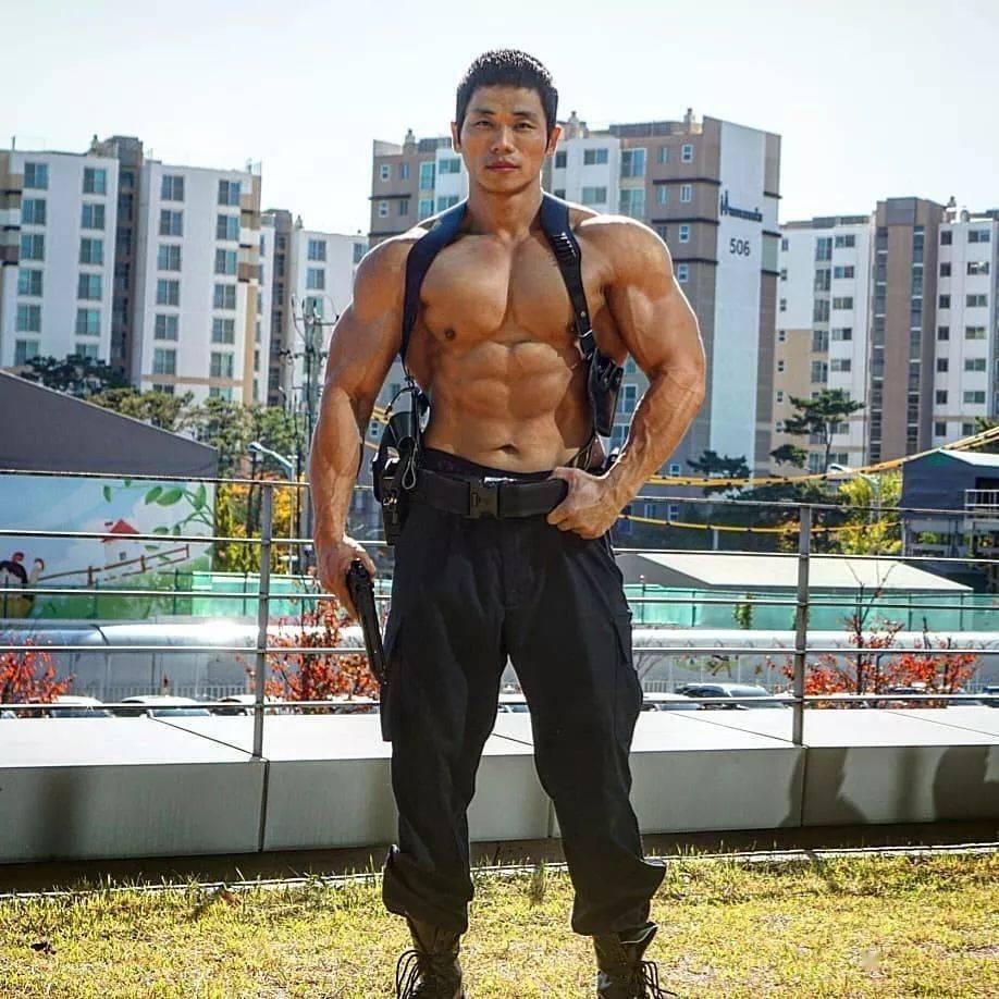 韩国肌肉警察,乖女儿的猛男爸爸。