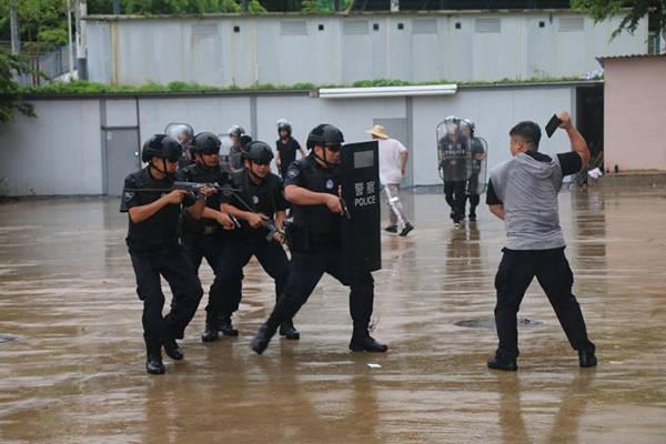海南五指山市警方冒雨举行2020年反恐应急处突联合演练