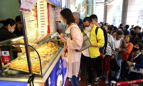 9月20日主顾在上海南京路上排队购置现