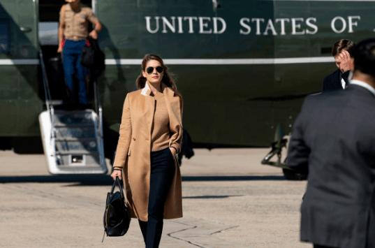 美媒:特朗普女助手在大选首场辩论时或已携带病毒