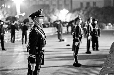 追访天安门执勤武警官兵:游客撑伞 哨兵为何频后退?