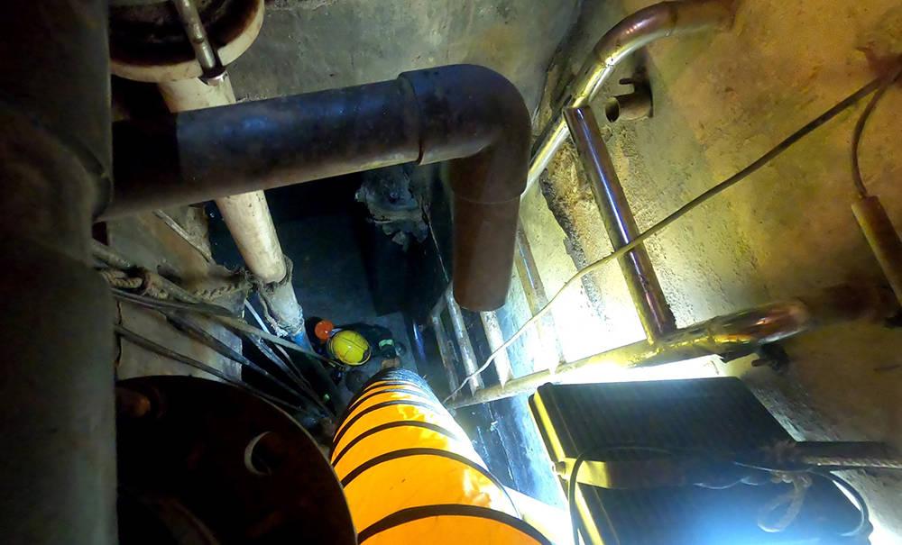 三名工人掉入含大量有毒气体污水池,上海消防队员深入营救