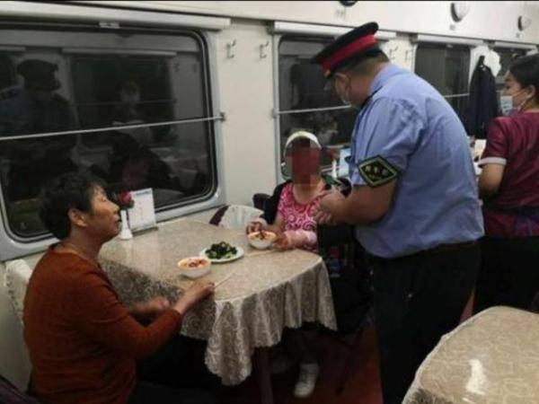 """女乘客在火车上吃""""霸王餐"""",还是餐车厨师给定制的?真相简直太暖了"""