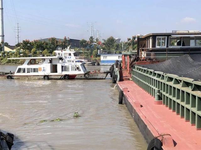 紧急救命啊!载有800吨的船遇险,江阴水上中队号船被出动。