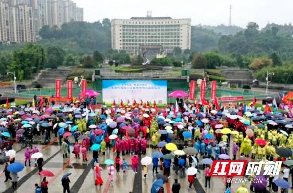 桃江县五千志愿者雨中徒步30公里宣传环保理念