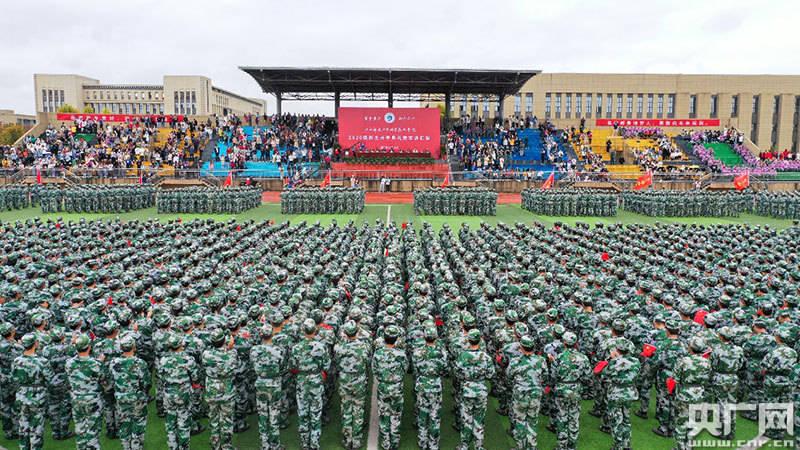 用勤勉擦亮青春底色:江西师大科技学院举行2020级新生开学典礼暨军训汇演