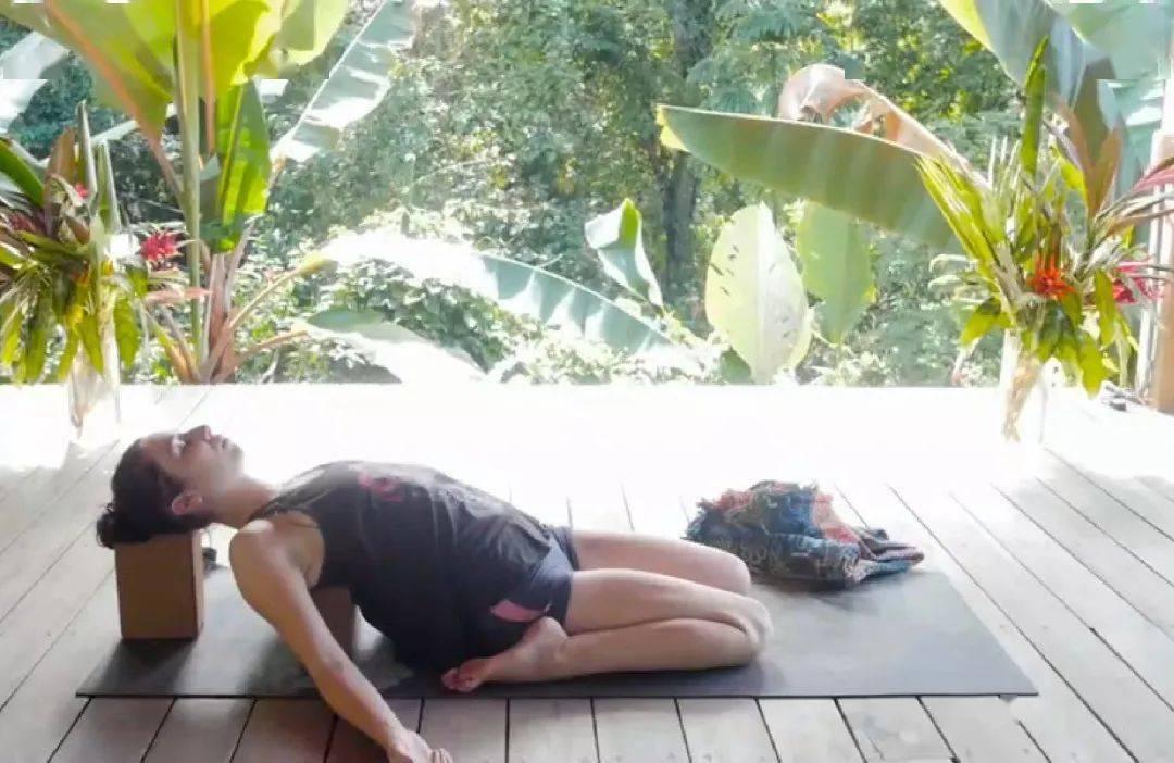 9个瑜伽动作,帮你养护骨盆助排毒,美化腿型更纤细