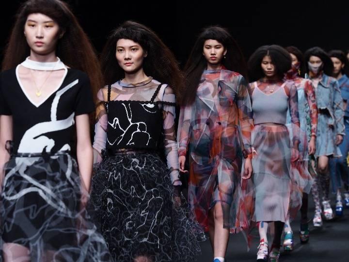 """上海时装周重回线下,百场大秀背后有啥""""门道""""?"""