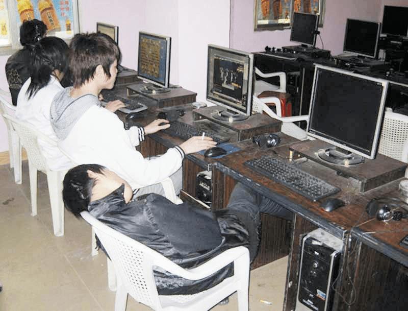 经典场景:昏睡的包夜老哥和玩游戏的网民同框出镜