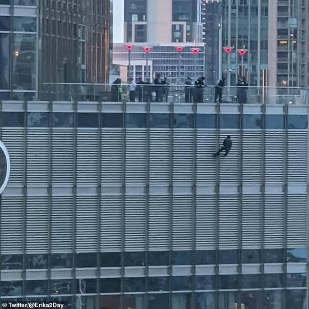 恒达首页男子自悬芝加哥特朗普大厦16楼外要求与总统面谈,否则自杀 (图1)