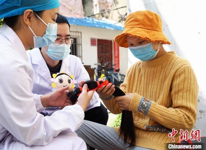 武汉14岁女生剪下长发为白血病女孩圆梦