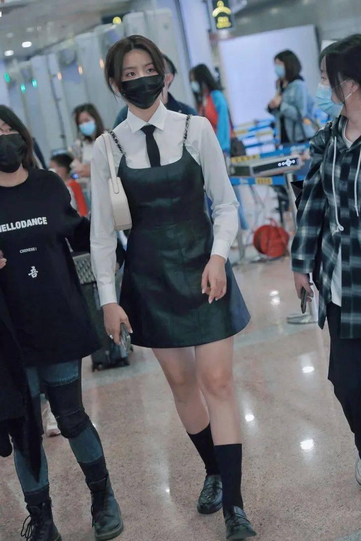 刘诗诗证明,法风女郎要有阔腿裤,但更重要的是乐福鞋