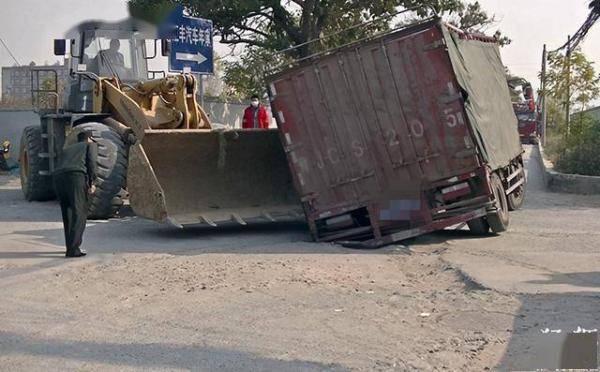 郑州一货车凌晨被窨井卡住动弹不得,环卫工:井盖缺失半年多没人管