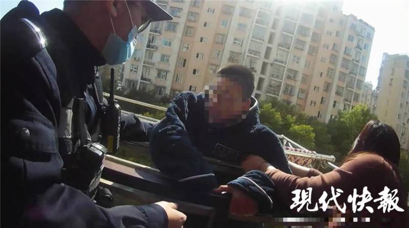 初中生及其家人殴打并跳楼 警察将其抓获