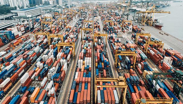 """集装箱""""一箱难求""""背后:中国出口需求暴涨,班轮公司三季度赚翻"""