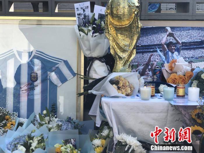 中国球迷悼念马拉多纳:那时,我爱他飘逸的长发
