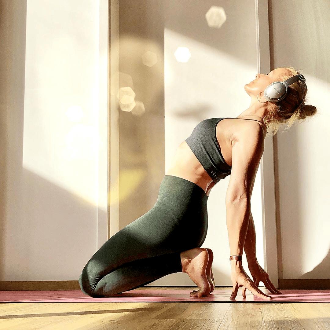 含胸驼背,体态显老十岁?6个瑜伽体式让你收获好气质!_双手