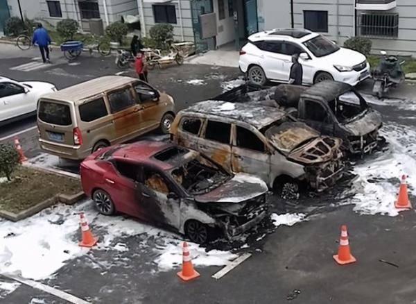 松江区闵塔路一小区凌晨发生火灾:多辆私家车被烧成铁架