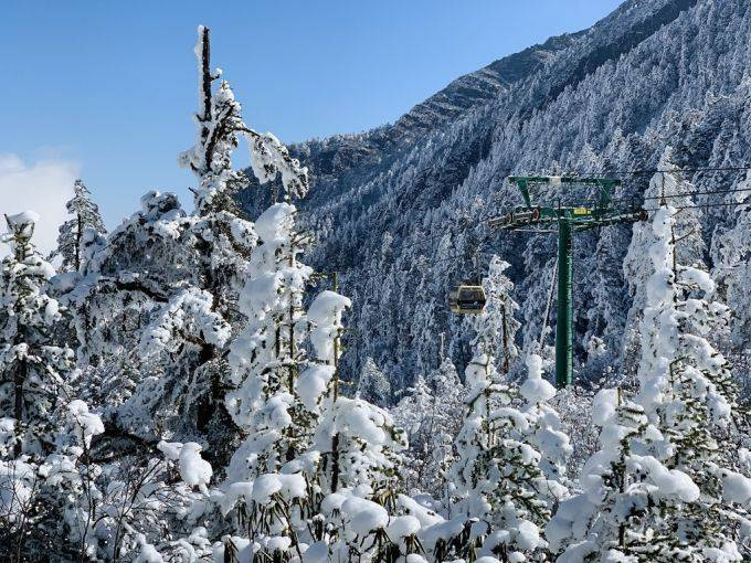 """冬至海螺沟,穿过""""雪森林""""一不小心雪满白头"""