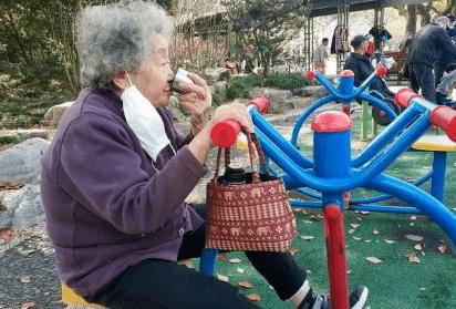 56岁女子,查出滑膜炎,医生惋惜:身体早有提示,她没注意过!