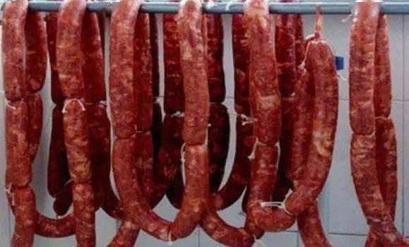 """灌香肠时,猪肉洗还是不洗?做好""""3点"""",香肠香味浓,不易变质"""