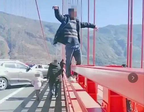 云南一大桥成网红打卡点,一上午就罚了30多辆车